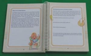 Eintragungsbuch und Babyfotos