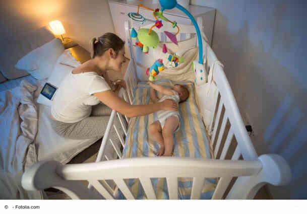 Baby will nicht schlafen - Mobile ueber Bett